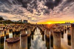 Schöner Sonnenaufgang am abandone Baupfosten Stockbild