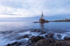 Schöner Sonnenaufgang am alten Leuchtturm im Hafen von Ahtopol, Schwarzes Meer, Bulgarien stockfoto