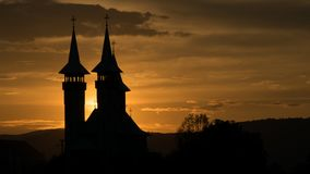 Schöner Sonnenaufgang auf dem Kirchturm der Kirche stockbilder