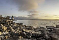 Schöner Sonnenaufgang auf dem See mit Felsen im Vordergrund Stockfotografie