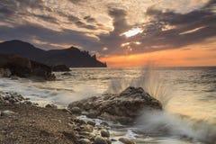 Schöner Sonnenaufgang auf dem Strand Stockfotos