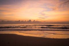 Schöner Sonnenaufgang auf dem Strand lizenzfreie stockbilder