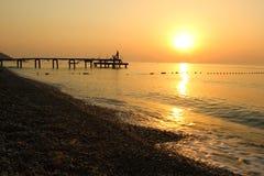 Schöner Sonnenaufgang auf dem Strand im Mittelmeer Stockbilder