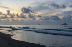 Schöner Sonnenaufgang auf dem Strand in Thailand-Provinz Lizenzfreies Stockfoto