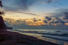Schöner Sonnenaufgang auf dem Strand in Thailand-Provinz Stockbilder