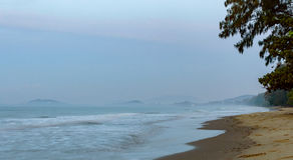Schöner Sonnenaufgang auf dem Strand in Thailand-Provinz Lizenzfreie Stockfotos