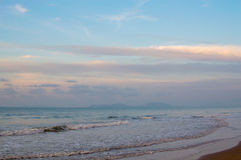 Schöner Sonnenaufgang auf dem Strand in Thailand-Provinz Stockfoto