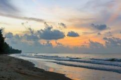 Schöner Sonnenaufgang auf dem Strand in Thailand-Provinz Stockfotos