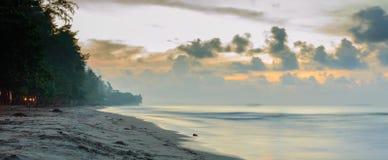 Schöner Sonnenaufgang auf dem Strand in Thailand-Provinz Lizenzfreie Stockbilder