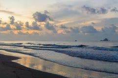Schöner Sonnenaufgang auf dem Strand in Thailand-Provinz Stockbild