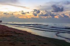 Schöner Sonnenaufgang auf dem Strand in Thailand-Provinz Lizenzfreie Stockfotografie