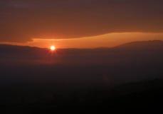 Schöner Sonnenaufgang auf einer starken Schicht weichen orange Farbwolken stockfotos