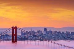 Schöner Sonnenaufgang bei Golden gate bridge im niedrigen Nebel Lizenzfreie Stockfotos