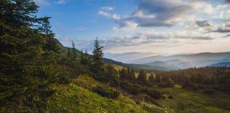 Schöner Sonnenaufgang in den Karpatenbergen Lizenzfreies Stockbild