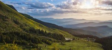 Schöner Sonnenaufgang in den Karpatenbergen Stockfotos