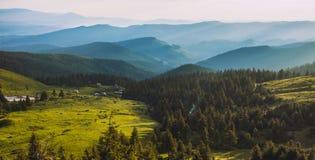 Schöner Sonnenaufgang in den Karpatenbergen Stockfoto