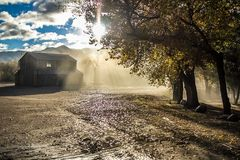 Schöner Sonnenaufgang in einer Ranch mit einer Scheune lizenzfreie stockbilder
