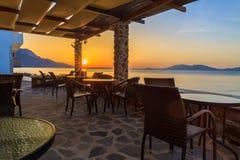 Schöner Sonnenaufgang im leeren Restaurant Lizenzfreie Stockbilder