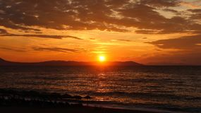 Schöner Sonnenaufgang im Meer oder im Sonnenuntergang Stockfotografie