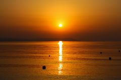Schöner Sonnenaufgang im Meer oder im Sonnenuntergang Lizenzfreies Stockfoto