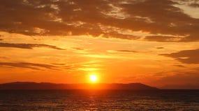 Schöner Sonnenaufgang im Meer oder im Sonnenuntergang Stockbilder