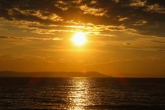 Schöner Sonnenaufgang im Meer oder im Sonnenuntergang Stockfotos