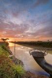 Schöner Sonnenaufgang am Kanal mit buntem Himmel und Wolken lizenzfreie stockfotografie