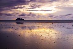 Schöner Sonnenaufgang am leeren Strand Lizenzfreie Stockfotos