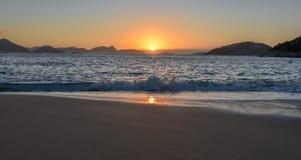 Schöner Sonnenaufgang mit der Sonne, die aus dem Ozean heraus, Rio de Janeiro steigt stockbilder