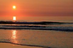 Schöner Sonnenaufgang mit Farben von Orange und von rosa am Ufer Stockfotos