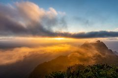 Schöner Sonnenaufgang morgens bei Doi Luang Chiang Dao lizenzfreies stockfoto