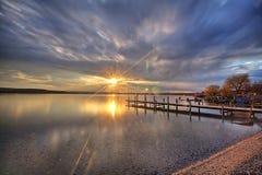 Schöner Sonnenaufgang in Stadt Varna-Fluss lizenzfreie stockbilder