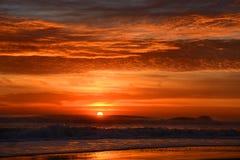 Schöner Sonnenaufgang am Strand stockbilder