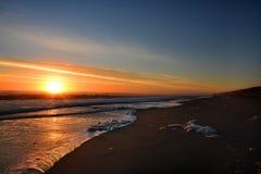 Schöner Sonnenaufgang am Strand lizenzfreie stockbilder