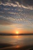 Schöner Sonnenaufgang am Strand Lizenzfreies Stockbild