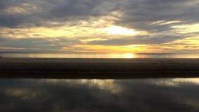 Schöner Sonnenaufgang am Strand stock footage