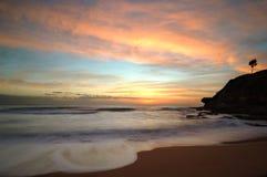 Schöner Sonnenaufgang am Strand-Hintergrund Stockfotos