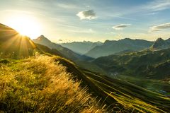 Schöner Sonnenaufgang und überlagerte Gebirgsschattenbilder am frühen Morgen Alpen Lechtal und Allgau, Bayern und Österreich lizenzfreie stockfotografie