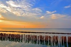 Schöner Sonnenaufgang und Hintergrund mit goldenem und blauem Himmel mit w lizenzfreie stockbilder