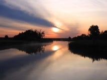 Schöner Sonnenaufgang und nette Bäume nähern sich Fluss, Litauen lizenzfreie stockfotografie