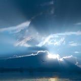 Schöner Sonnenschein auf Himmel und Wolke. Lizenzfreie Stockfotos
