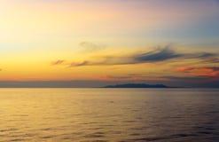 Schöner Sonnenuntergang am Äquator stockfotos