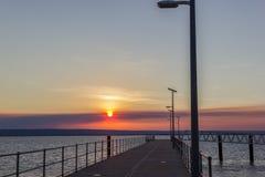 Schöner Sonnenuntergang über Anlegestelle mit Mann laterns West-Australien lizenzfreie stockfotografie