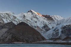 Schöner Sonnenuntergang über Berg-Cho Oyu-Reflektieren Lizenzfreies Stockbild