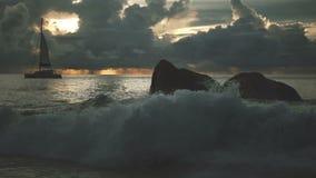 Schöner Sonnenuntergang über dem berühmten Strand Anse Lazio, Praslin-Insel, Seychellen stock footage