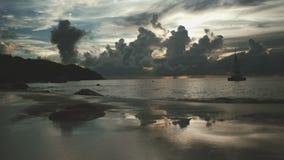 Schöner Sonnenuntergang über dem berühmten Strand Anse Lazio, Praslin-Insel, Seychellen stock video
