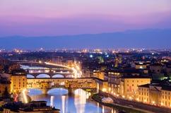 Schöner Sonnenuntergang über dem Fluss Arno in Florenz stockfotos