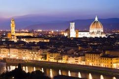 Schöner Sonnenuntergang über dem Fluss Arno in Florenz stockbild