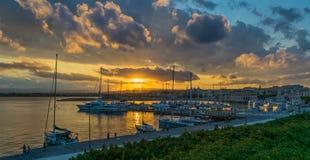 Schöner Sonnenuntergang über dem Hafen, Syrakus, Italien, Sizilien lizenzfreie stockfotos