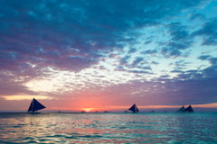 Schöner Sonnenuntergang über dem Meer Reisenkoffer mit Meerblick nach innen Lizenzfreies Stockbild